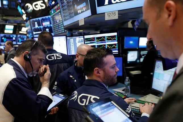 3月20日、米国株式市場は、ダウ工業株30種平均とS&P総合500種がいずれも小幅安で取引を終えた。NYSEで撮影(2017年 ロイター/Lucas Jackson)