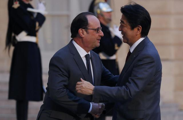 French President Francois Hollande welcomes Japan's Prime Minister Shinzo Abe as he arrives at the Elysee Palace in Paris, France, March 20, 2017. REUTERS/Christian Hartmann