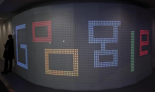 3月20日、米グーグルは、英国で同社の動画共有サイト「ユーチューブ」に投稿されたヘイトスピーチや過激主義を主張する動画に、政府や企業の広告を掲載した問題で謝罪した。バルセロナで1日撮影(2017年 ロイター/Paul Hanna)