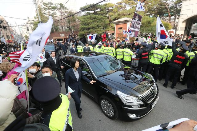 A car carrying Park Geun-hye leaves from her private home in Seoul, South Korea, March 21, 2017, as she heads to the prosecutors' office to be questioned over a widening corruption scandal.  Lee Sang-Hak/Yonhap via REUTERS