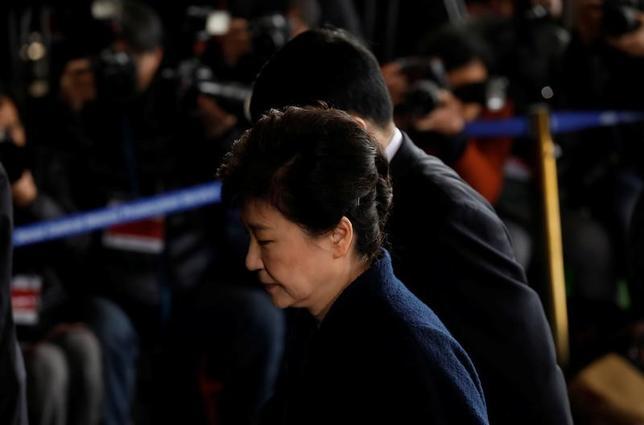3月21日、韓国の朴槿恵前大統領は、収賄などを巡る捜査で容疑者として取り調べを受けるため検察当局に出頭し、国民に対し謝罪した(2017年 ロイター/Kim Hong-Ji)