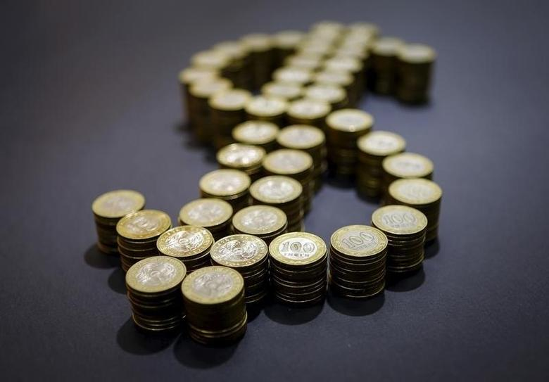 资料图片:2015年11月,图为由硬币拼成的美元货币符号。REUTERS/Shamil Zhumatov