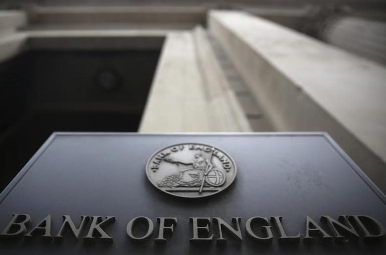 资料图片:英国央行门前的标识物。REUTERS/Neil Hall