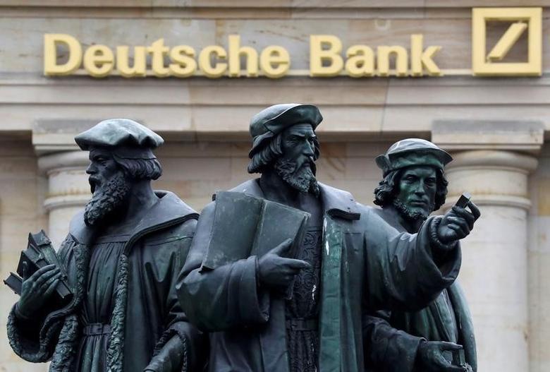 资料图片:2016年9月法兰克福,德意志银行旁的群雕。REUTERS/Kai Pfaffenbach