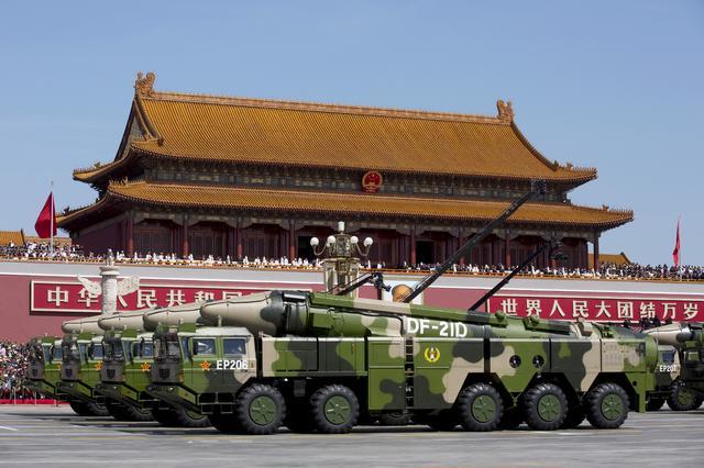 3月2日、トランプ米大統領は、国防支出の増額計画を自画自賛する演説の舞台として、建造に約1兆5000億円を費やした米海軍の最新鋭航空母艦「ジェラルド・R・フォード」の甲板を選んだ。写真は2015年9月、中国の軍事パレードで北京の天安門広場を対艦弾道ミサイル「東風─21D」を積んだ車両が通過。代表撮影(2017年 ロイター)