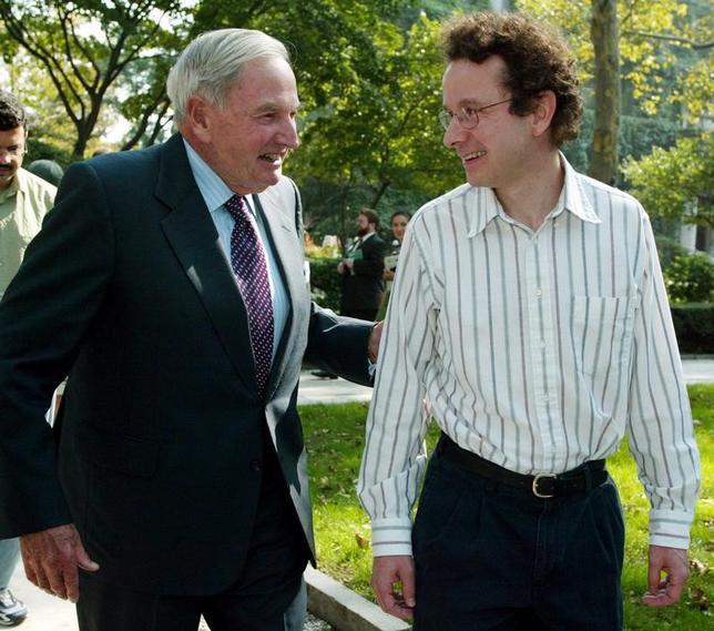 3月20日、米大富豪で慈善家としても知られるデービッド・ロックフェラー氏(写真左)が20日、ニューヨーク郊外の自宅で心不全のため死去した。101歳だった。写真はニューヨークで2003年10月撮影(2017年 ロイター/Jeff Christensen)