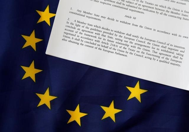 3月20日、英国のメイ首相は3月29日に、欧州連合(EU)基本条約(リスボン条約)50条を発動し、EUに対して正式な離脱通告を行う。首相の報道官が明らかにした。写真は欧州連合(EU)基本条約の50条部分。ベルギー・ブリュッセルで昨年6月撮影(2017年 ロイター/Francois Lenoir)