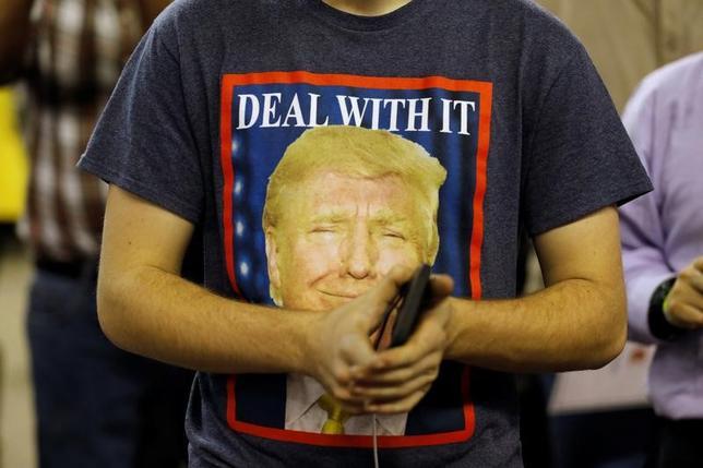 3月21日、G20の共同声明から「反保護主義」の文言が削除されたが、トランプ大統領がの予算案の概要は「国境税」などには言及しておらず、世界の市場にはトランプ政権発のこう着相場が長期化する兆しが見える。ケンタッキー州で行われた集会で20日撮影(2017年 ロイター/Jonathan Ernst)