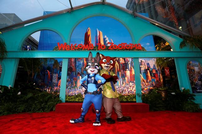 3月21日、米娯楽大手ウォルト・ディズニーが、米アカデミー賞を受賞したアニメ作品「ズートピア」は盗作だとして、ハリウッドの脚本家兼プロデューサーから著作権侵害で訴えられた。写真は昨年2月撮影のズートピアのキャラクター(2017年 ロイター/Mario Anzuoni)