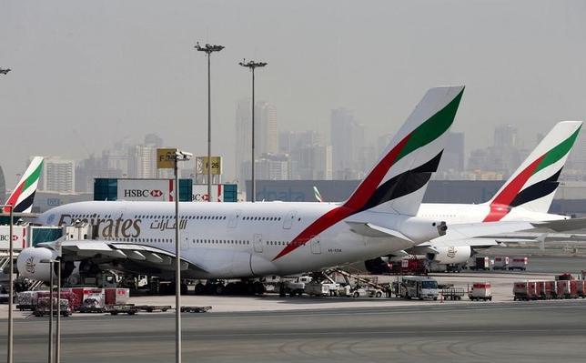 3月21日、イスラム教徒が多く住む中東や北アフリカ諸国の一部空港を出発する航空機内への電子機器の持ち込みを制限する米国の措置について、アラブ首長国連邦のドバイに本拠を置くエミレーツ航空[EMIRA.UL]の広報担当は、「2017年3月25日に発効され、同年10月14日まで有効」と理解していると述べた。写真はドバイ国際空港に停泊している同社航空機。昨年5月撮影(2017年 ロイター/Ashraf Mohammad)