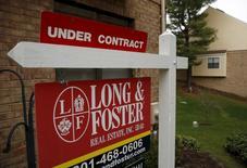 Una vivienda en venta en Bethesda, EEUU, dic 30, 2015. Las ventas de casas usadas en Estados Unidos cayeron más a lo previsto en febrero, debido a la persistente escasez de viviendas en el mercado, que está elevando los precios y marginando a posibles compradores.    REUTERS/Gary Cameron