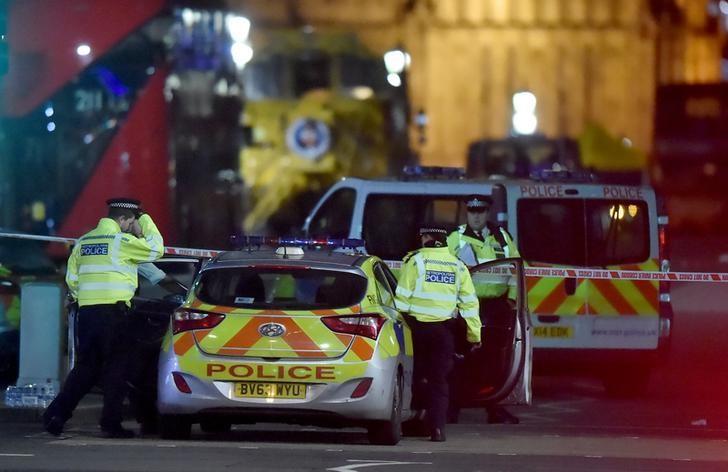 3月22日,英国议会附近袭击事件现场的伦敦警察。REUTERS/Hannah McKay