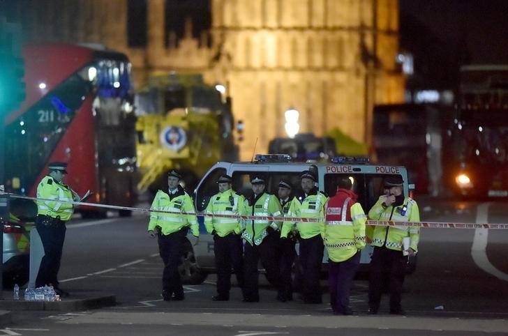 3月22日,伦敦,议会大厦附近袭击案发现场的警察。REUTERS/Hannah McKay
