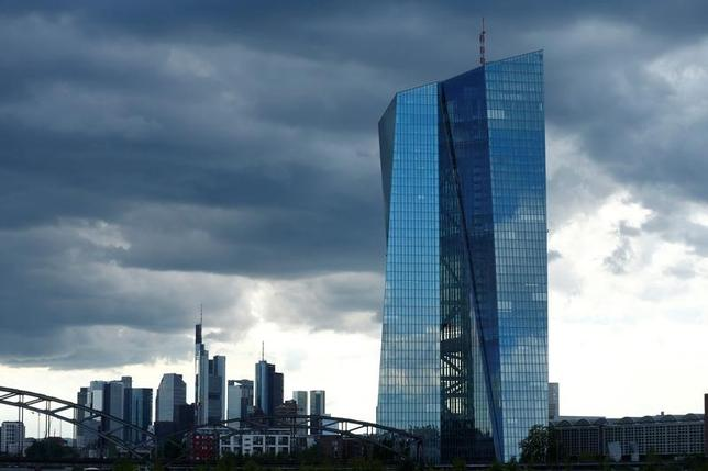 3月23日、欧州中央銀行(ECB)は公表したリポートで、世界的に先行き不透明感は強いものの、ユーロ圏の景気は着実に回復しており、第1・四半期は力強い成長になることを最近の調査が示しているとの認識を示した。写真はフランクフルトにあるECB本部。2016年7月撮影(2017年 ロイター/Ralph Orlowski)
