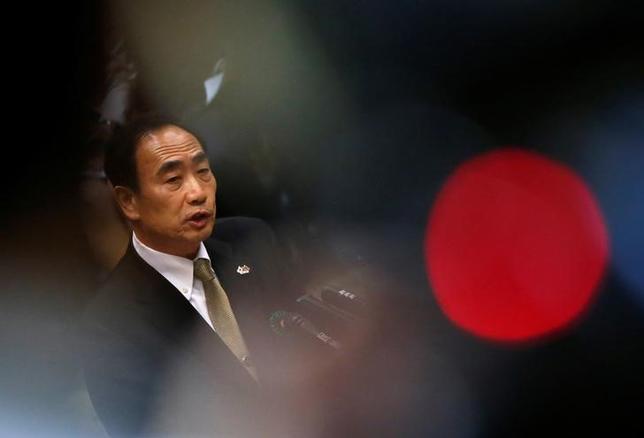 3月23日、森友学園の理事長を退任予定の籠池泰典氏は、大阪府豊中市の小学校を巡る認可や土地取引で、安倍昭恵夫人に相談した後に土地取得が進捗したため、「首相や夫人を財務省の方々が忖度したのではないか」との認識を示した。写真は国会で撮影(2017年 ロイター/Issei Kato)