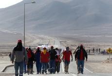 Trabajadores de la minera Escondida de BHP Billiton, la mina de cobre más grande del mundo, se reúnen en la entrada a la compañía durante una huelga, en Antofagasta, Chile. 11 de febrero 2017. Minera Escondida, que opera el mayor yacimiento mundial de cobre, dijo el jueves que dio por terminada sin éxito la negociación con el gremio para poner fin a una huelga de 43 días y espera poder reactivar operaciones en el corto plazo. REUTERS/Juan Ricardo