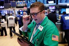 Un operador en la Bolsa de Nueva York, en Nueva York, Estados Unidos. 22 de marzo 2017.Wall Street operaba estable en las primeras operaciones del jueves, en medio de señales de que el presidente de Estados Unidos, Donald Trump, está luchando para conseguir los votos suficientes para aprobar una ley de salud en el Congreso.  REUTERS/Lucas Jackson