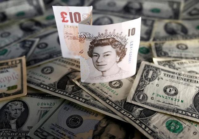 3月23日、ドイツ銀行のアナリストは英国のEU離脱協議が英景気とポンドを下押しするとし、ポンドが年内に1.06ドルまで下落するとの見方を示した(2017年 ロイター/Dado Ruvic)