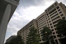 La sede del FMI en Washington , jul 1, 2015. El Fondo Monetario Internacional percibió un giro en el lenguaje utilizado en el comunicado que el Grupo de las 20 principales economías del mundo divulgó el fin de semana que muestra un consenso para mejorar la estructura del comercio global, dijo el jueves el portavoz del FMI, Gerry Rice.  REUTERS/Jonathan Ernst - RTX1IO51