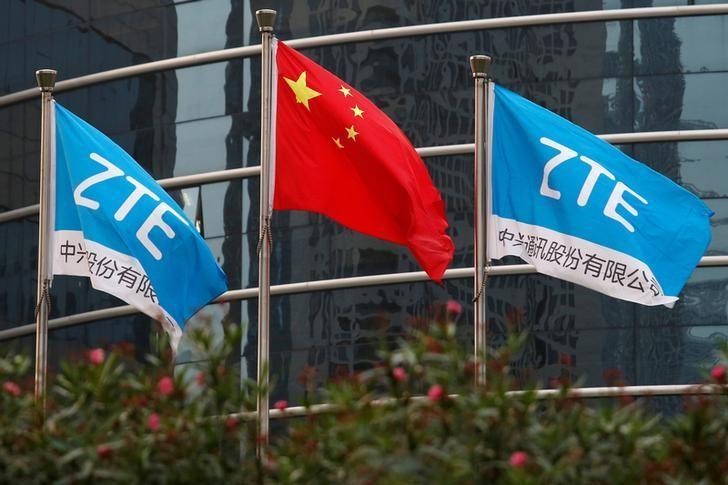 资料图片:2016年4月,中兴通讯在深圳研发大楼外悬挂的中国国旗和公司旗帜。REUTERS/Bobby Yip