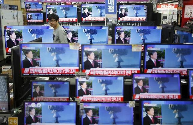 3月24日、韓国の軍当局者は、北朝鮮はいつでも核実験を実施できる状態を維持していると明らかにした。写真は北朝鮮の4回目の核実験を報じるテレビ。韓国ソウルで昨年1月撮影(2017年 ロイター/Kim Hong-Ji)