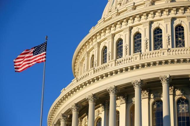 3月23日、米議会の超党派グループは、イランの弾道ミサイル実験などに関連し、同国への制裁を強化する法案をまとめた。写真はアメリカ合衆国議会議事堂。ワシントンで昨年11月撮影(2017年 ロイター/Joshua Roberts)