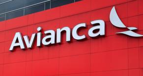 Imagen del logo de la aerolínea Avianca en su edificio corporativo en Bogotá, Colombia. 2 de junio, 2016. La mayor organización que agrupa en Colombia a los pilotos de Avianca y la aerolínea llegaron a un acuerdo sobre un aumento de salarios que permite normalizar las operaciones de la compañía, informaron el sábado las partes. REUTERS/John Vizcaino