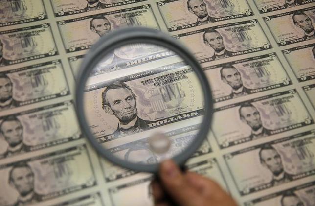 3月27日、正午のドル/円は、前週末ニューヨーク市場午後5時時点と比べ、ドル安/円高の110.38/40円だった。写真はワシントンで2015年3月撮影(2017年 ロイター/Gary Cameron)