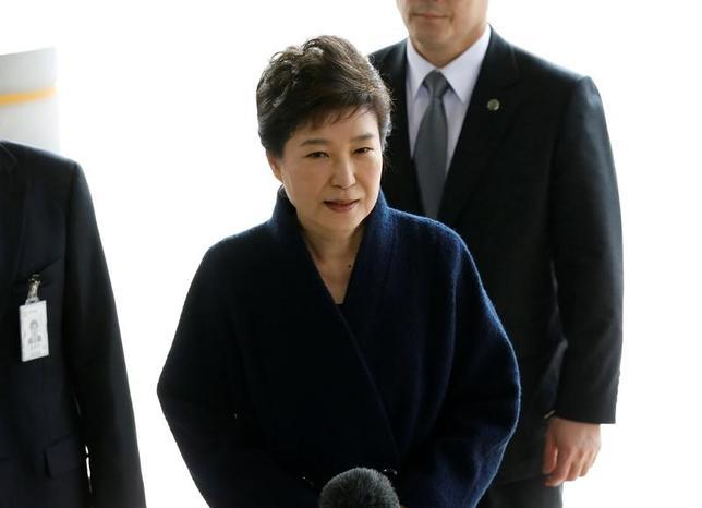 3月27日、韓国の検察当局は、朴槿恵前大統領(65)の逮捕状を請求することを明らかにした。朴氏は収賄などを巡る捜査で容疑者として先週、取り調べを受けていた。写真は21日、ソウル市内の検察当局に到着した朴槿恵前大統領(2017年 ロイター/Kim Hong-Ji)