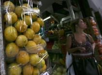 Unos limones a la venta en una verdulería en Buenos Aires, ene 24, 2017. La balanza comercial de Argentina habría arrojado un déficit promedio de 116 millones de dólares en febrero ante un nuevo incremento en el ingreso de bienes de capital y de consumo, según un sondeo de Reuters publicado el lunes.  REUTERS/Marcos Brindicci