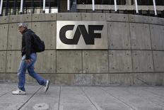 Un hombre camina por el frente de la sede de la CAF-Banco de Desarrollo de América Latina en Caracas. 22 de diciembre de 2015. El parlamento de Venezuela, de mayoría opositora, advirtió el lunes a la CAF de que la entrega de un crédito de 400 millones de dólares, que el gobierno de Nicolás Maduro estaría solicitando, sería ilegal porque no hay una autorización legislativa. REUTERS/Carlos Garcia Rawlins