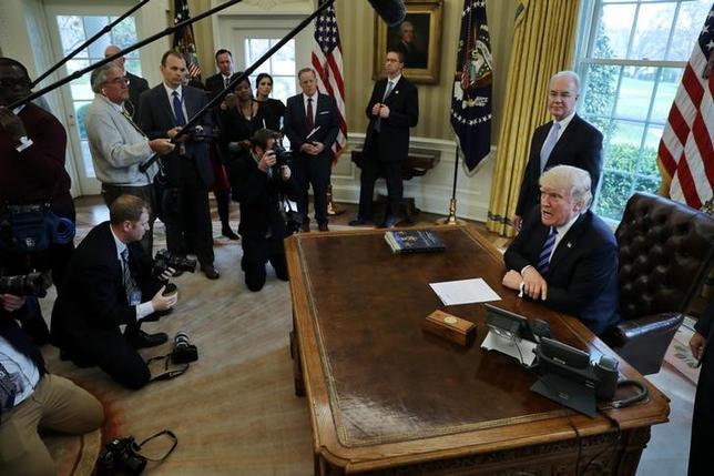 3月24日、米共和党は、議会下院で予定していた採決直前になって医療保険制度改革(オバマケア)代替法案を撤回した。写真右はトランプ米大統領。ワシントンのホワイトハウスで撮影(2017年 ロイター/Carlos Barria)