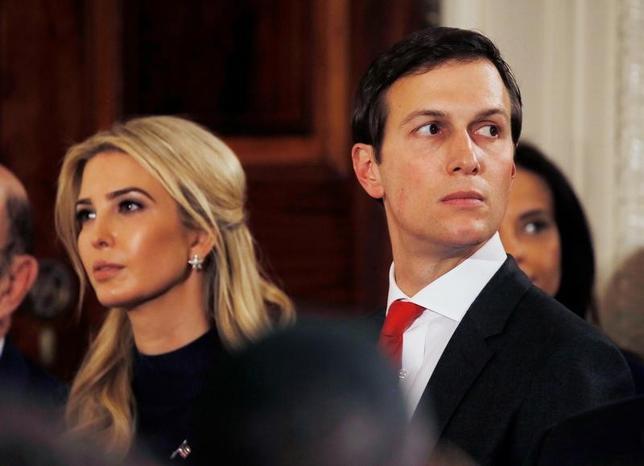 3月27日、米ホワイトハウスはトランプ大統領の娘婿で上級顧問のジャレッド・クシュナー氏(写真右)が連邦政府改革の責任者に就くことを明らかにした。17日撮影(2017年 ロイター/Jim Bourg)