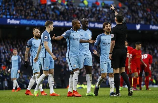 3月27日、イングランド・サッカー協会は、選手たちが試合中に不適切な言動を取ったとして、マンチェスター・シティー(マンC)に3万5000ポンド(約490万円)の罰金処分を科した。写真は主審に抗議するマンCの選手たち。英マンチェスターで19日撮影(2017年 ロイター)