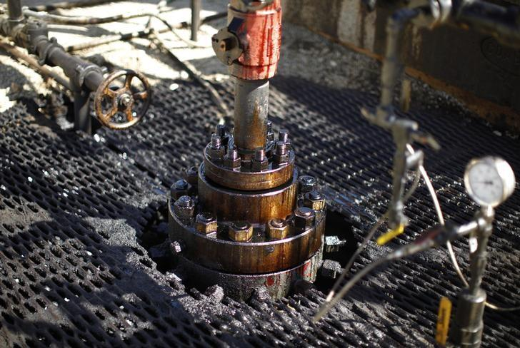 A pumpjack drills for oil in the Monterey Shale, California, April 29, 2013. REUTERS/Lucy Nicholson/Files