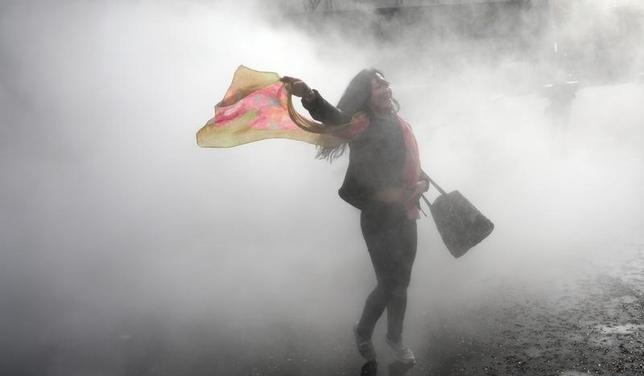 3月26日、英ロンドンの近現代美術館テート・モダンで開催されている日本のアーティスト、中谷芙二子氏の「ロンドンの霧(2017)と題したインスタレーションで、訪れた人々は霧を体感した(2017年 ロイター/Neil Hall )