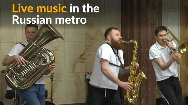 3月27日、モスクワの地下鉄駅で、音楽家が生演奏を行うプロジェクトが始まり、通勤客はしばし足を止めて演奏を楽しんだ。写真はロイタービデオの映像から(2017年 ロイター)