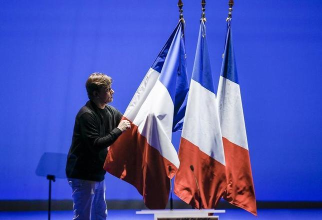 3月28日、同日に公表されたイプソス・ソプラ・ステリアの最新世論調査によると、フランスの大統領選挙では、中道系独立候補のマクロン前経済相が極右政党・国民戦線(FN)のルペン党首を抑えて勝利する見込みだ。写真はリヨンで2月撮影(2017年 ロイター/Robert Pratta)