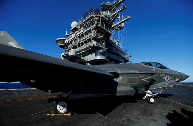 3月2日、トランプ米大統領は、国防支出の増額計画を自画自賛する演説の舞台として、建造に約1兆5000億円を費やした米海軍の最新鋭航空母艦「ジェラルド・R・フォード」の甲板を選んだ。写真は2014年11月、ロッキード・マーチン製のF-35  C戦闘機(2017年 ロイター/Mike Blake)