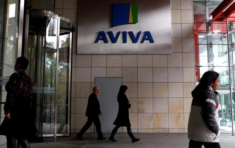FILE PHOTO: People enter and exit the AVIVA headquarters building in Dublin October 19, 2011.      REUTERS/Cathal McNaughton/File Photo