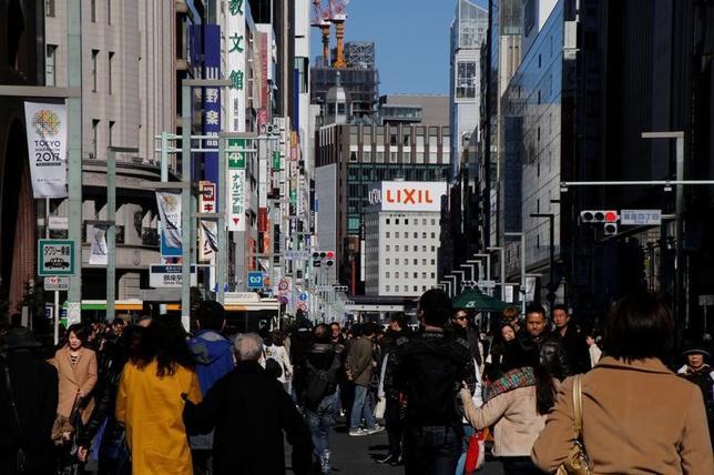 3月28日、政府は、安倍晋三首相を議長とする「働き方改革実現会議」を開催し、これまでの議論の成果として「働き方改革実行計画」をとりまとめた。写真は東京・銀座、2月撮影(2017年 ロイター/Toru Hanai)