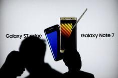 IMAGEN DE ARCHIVO: Consumidores caminan cerca de una publicidad de Galaxy Note 7 en una tienda de Samsung, en Yakarta, Indonesia. 14 de octubre 2016. El gigante tecnológico Samsung Electronics Co Ltd anunció que planea empezar a vender una versión remodelada del teléfono inteligente Galaxy Note 7, el modelo retirado del mercado el año pasado debido a unas baterías propensas a incendiarse.  REUTERS/Iqro Rinaldi/File Photo
