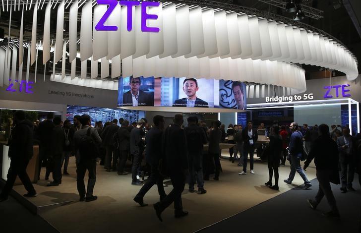 2017年2月27日,西班牙巴塞罗那,世界移动通信大会上的中兴通讯展位。REUTERS/Paul Hanna