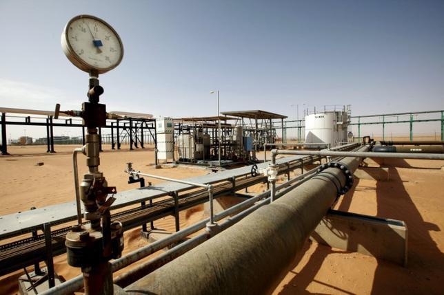 3月28日、リビア国営石油会社(NOC)筋によると、同国西部シャララ、ワハ両油田で武装勢力の妨害による生産障害が発生し、同国の生産は日量25万2000バレル減少した。写真は2014年12月シャララ油田で2014年12月撮影(2017年 ロイター/Ismail Zitouny)