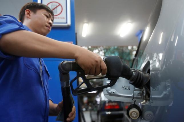 3月29日、午前のアジア市場では、原油先物が前日に続き上昇している。リビアで生産に障害が生じていること、石油輸出国機構(OPEC)主導の減産が今年下期まで延長されるとの見方が、支援材料となっている。写真はベトナムのハノイで2016年撮影(2017年 ロイター/Nguyen Huy Kham)