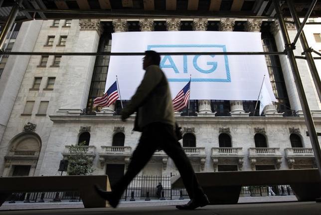 3月28日、米共和党議員は、金融安定監督評議会(FSOC)がノンバンクを「システム上重要な金融機関(SIFIs)」に指定する際の手順について、評議会の議長を務めるムニューシン財務長官に見直しを要請した。写真はニューヨーク証券取引所に掲げられているアメリカン・インターナショナル・グループ(AIG)のバナー。2012年10月撮影(2017年 ロイター/Brendan McDermid)