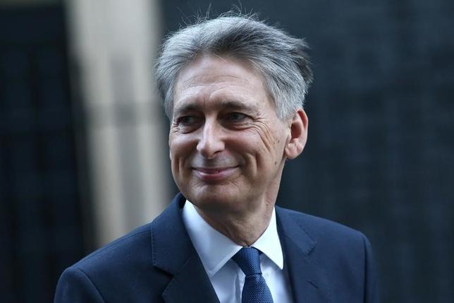 3月29日、英国のハモンド財務相(写真)は英国が欧州連合(EU)からの離脱交渉で最善の条件を引き出すには妥協が必要としながらも、貿易を阻害しない協定を結ぶことに自信を示した。1月撮影(2017年 ロイター/Neil Hall)