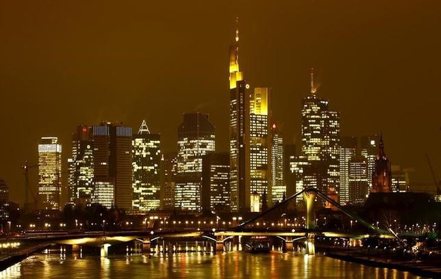 3月29日、ドイツ連邦銀行(中央銀行)のドンブレト理事は、英国の欧州連合(EU)離脱(ブレグジット)により、すでに複数の銀行がフランクフルトへの移転で協議を行っていることを明らかにした。写真はフランクフルトの金融街、昨年1月撮影(2017年 ロイター/Kai Pfaffenbach)