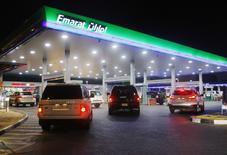 Vehículos esperan  la gasolina en una estación de gas Emarat en Dubai.  23 de junio 2011. La OPEP habría reducido su oferta de petróleo por tercer mes seguido en marzo, según un sondeo de Reuters publicado el miércoles, dado que Emiratos Árabes Unidos bajó los suministros, mientras que los disturbios y las operaciones de mantenimiento bajaron la producción en naciones exentas como Libia y Nigeria.REUTERS/Jumana El Heloueh