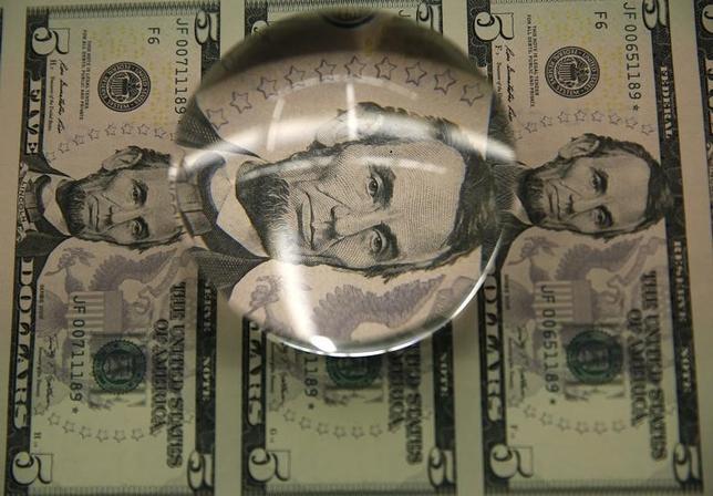 3月29日、終盤のニューヨーク外為市場では、ドルが主要通貨に対して上昇した。ここ1週間余りの高値をつける場面もあった。米財務省造幣局で2015年3月撮影(2017年 ロイター/Gary Cameron)